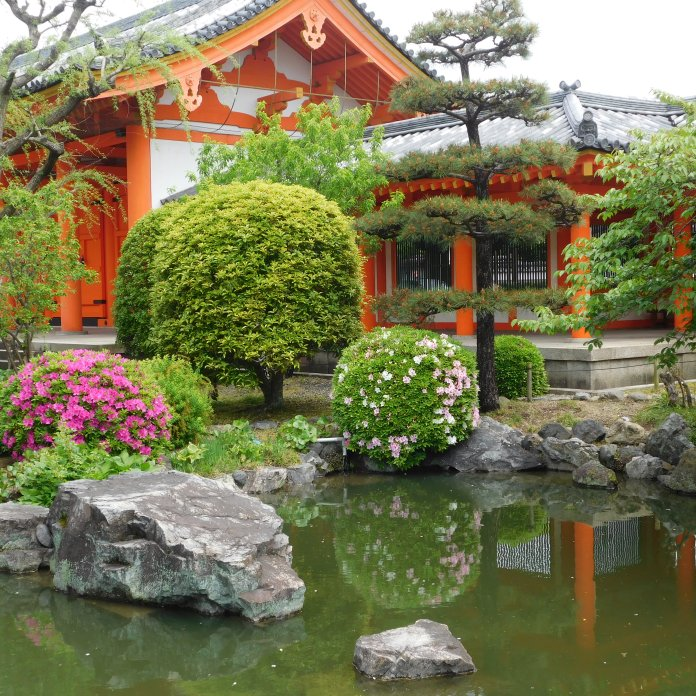 The stNijo-jo temple complex and gardens.