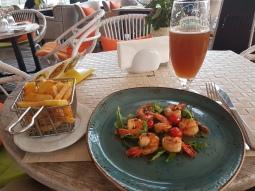 Shrimp, fries, and pivo.