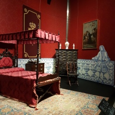 Palatial baroque homes had splendid wall fabrics and bed furnishings.