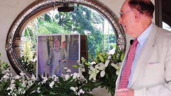 The author with his photo of Ruth. Photo by Ignacio Alejandro Trujillo Estrada.
