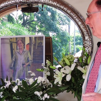 The author with his photo of Ruth. Photo by Ignacio Alejandro Trujillo Estrada.