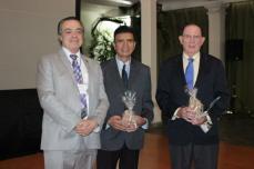Uninter rector Javier Espinosa honors Álvaro Ramírez, St. Mary's College (CA) and James Horn. Aug. 2014.