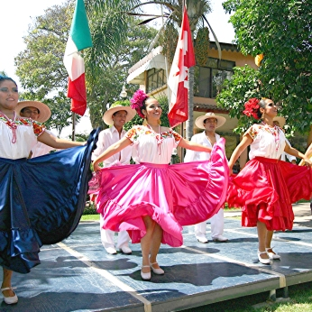 Special events often include folkloric dancers.