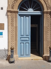 The entry door to Hotel L'Heure Blue Palais.